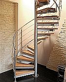 Schody drewniane na konstrukcji metalowej